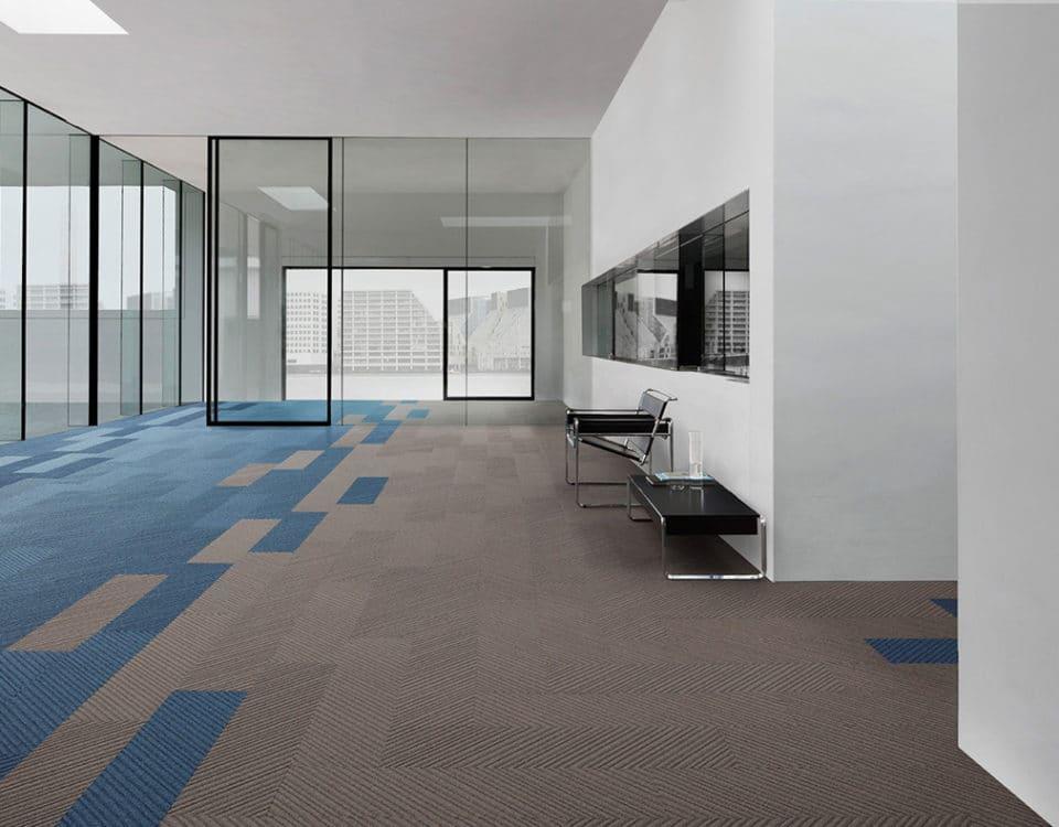 Espace de travail open space moquette grise et bleue - Jad'O Parquet
