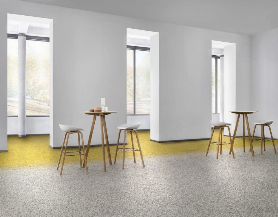 Espace convivial avec mange debout et chaise moquette design gris et jaune - Jad'O Parquet