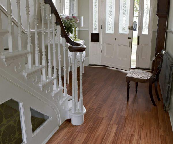 Entrée maison avec escalier blanc et parquet - Jad'O Parquet