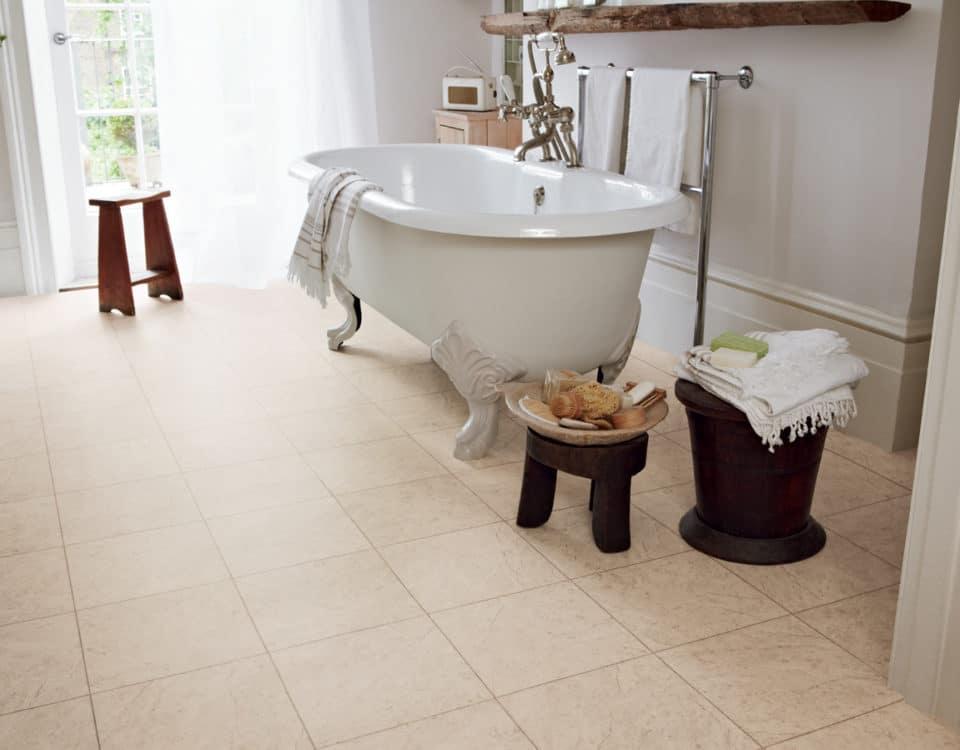 Salle de bain avec baignoire et sol pvc imitation carrelage - Jad'O Parquet