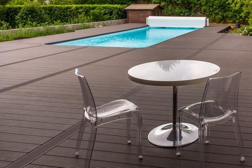 Table et chaise au bord de la piscine terrasse bois - Jad'O Parquet
